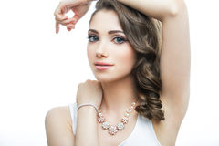 美好的妇女模型画象与大蓝眼睛和浪漫波浪发型的 免版税库存图片