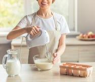 美好的妇女烘烤 免版税库存图片