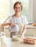 美好的妇女烘烤 免版税图库摄影