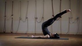 美好的妇女训练侧视图在瑜伽席子的 她在她说谎  影视素材