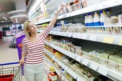 美好的妇女购物在超级市场 库存照片