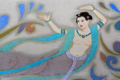 美好的妇女跳舞和使用在一幅壁画在一个公园, ch的 库存照片
