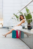 美好的妇女购物在夏天城市 免版税库存图片