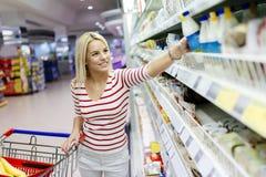 美好的妇女购物在超级市场 库存图片