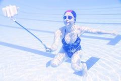 年轻美好的妇女tekes水下的selfie 库存图片