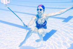 年轻美好的妇女tekes水下的selfie 免版税库存照片