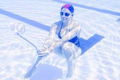 年轻美好的妇女tekes水下的selfie 图库摄影
