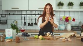 美好的姜妇女食物配制在厨房里 红色顶头女孩 股票视频