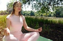 美好的姿势女子瑜伽 库存照片
