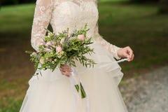 美好的婚礼土气花束在新娘的手上 图库摄影