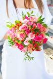 美好的婚礼在婚姻,爱的标志开花,新娘花束,两个人一起来 免版税库存照片
