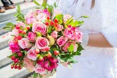 美好的婚礼在婚姻,爱的标志开花,新娘花束,两个人一起来 免版税库存图片