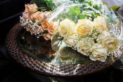 美好的婚礼在婚姻,爱的标志开花,新娘花束,两个人一起来 库存图片