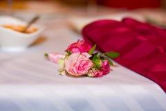 美好的婚礼在婚姻,爱的标志开花,新娘花束,两个人一起来 库存照片