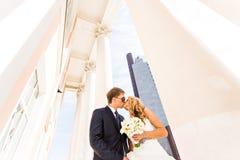 美好的婚礼夫妇在城市 他们亲吻并且互相拥抱 库存图片