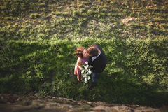 美好的婚礼夫妇,女孩,人从上面亲吻和被拍摄 免版税库存图片