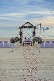 美好的婚礼设定 婚礼在热带 免版税库存图片