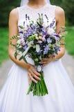 美好的婚礼bouqet在手上 免版税库存图片
