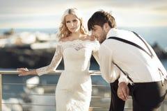 年轻美好的婚姻夫妇在异乎寻常的地方 免版税库存图片