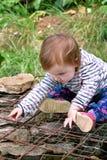 美好的婴孩开会,微笑和摆在,画象 小逗人喜爱的女孩是嬉戏的在庭院里 孩子充当外面公园 图库摄影
