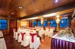 美好的室内设计在船餐厅。 免版税图库摄影
