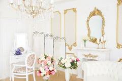 美好的富有的内部 轻的空间 婚礼装饰 免版税库存照片