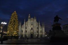 美好的对米兰和圣诞树中央寺院的冬天全景在清早小时 图库摄影