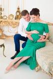 美好的对预期孩子的父母 在怀孕的肚子的心脏 库存图片