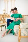 美好的对预期孩子的父母 在怀孕的肚子的心脏 免版税图库摄影