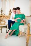 美好的对预期孩子的父母 在怀孕的肚子的心脏 免版税库存图片