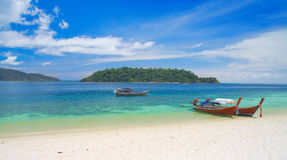 美好的小船盐水湖longtail泰国 库存图片