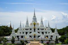 美好的小组白色塔, Thutangkachedi,与Wat Asokaram多个尖顶的stupa在晴天 免版税库存图片