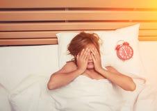 美好的少妇作为递她的在床上的面孔在 库存图片