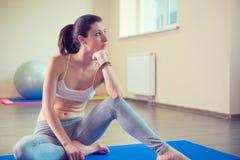 美好的少妇瑜伽锻炼 免版税图库摄影