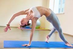 美好的少妇瑜伽锻炼 图库摄影