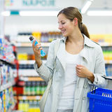 美好的少妇购物在副食品商店或超级市场 库存照片