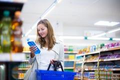 美好的少妇购物在副食品商店或超级市场(c 库存照片