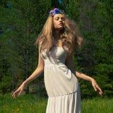 美丽的跳舞夫人在森林里 库存照片