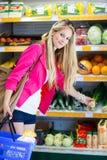 美好的少妇购物在副食品商店或超级市场 免版税库存照片