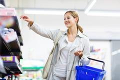 美好的少妇购物在副食品商店或超级市场 免版税库存图片
