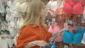 美好的少妇购物的性感的女用贴身内衣裤 股票录像