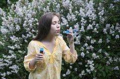 美好的少年女孩和肥皂泡 免版税库存图片