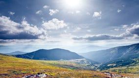 美好的山全景 苹果覆盖花横向草甸本质星期日结构树 股票录像