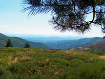 美好的山天空视图 免版税库存照片