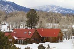美好的山家在冬天 库存照片