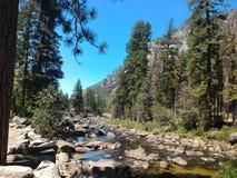 美好的山小河风景 免版税图库摄影