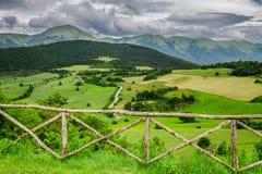 美好的山景在翁布里亚在夏天,意大利 库存图片