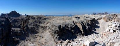 美好的山风景全景  免版税库存图片