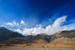 美好的山风景和多云天空 免版税图库摄影