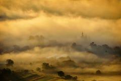 美好的山风景在晨曲,罗马尼亚的有雾的早晨 免版税图库摄影